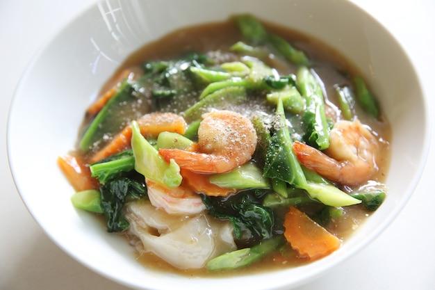 Gebratene nudeln aus hongkong mit meeresfrüchten