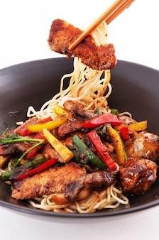 Gebratene nudeln chinesische küche