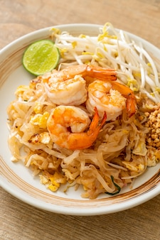 Gebratene nudeln mit garnelen und sprossen oder pad thai - asiatische küche food