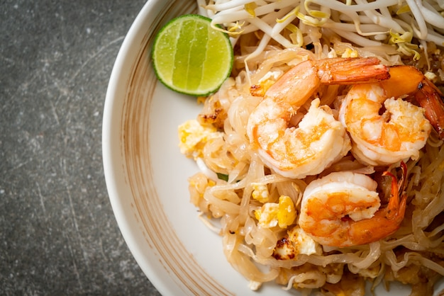 Gebratene nudeln mit garnelen und sprossen oder pad thai - asiatische küche