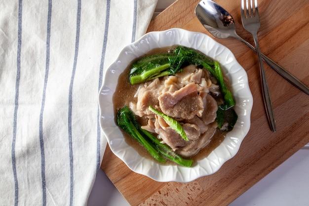 Gebratene nudeln mit grünkohl in soße und gemüse