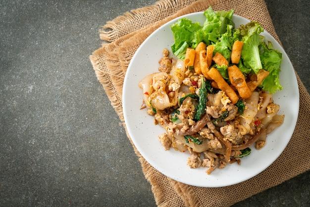 Gebratene nudeln mit hähnchenhackfleisch und basilikum - asiatische küche