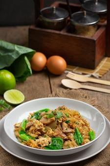 Gebratene nudeln mit schweinefleisch in sojasauce und gemüse