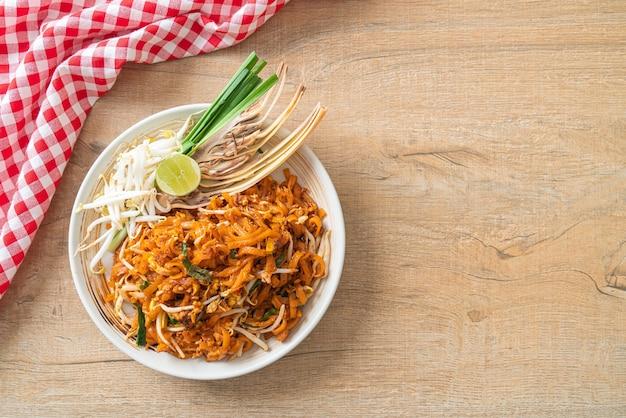 Gebratene nudeln mit tofu und sprossen oder pad thai - asiatische küche