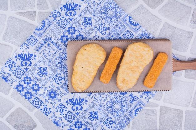 Gebratene nuggets auf einem holzbrett