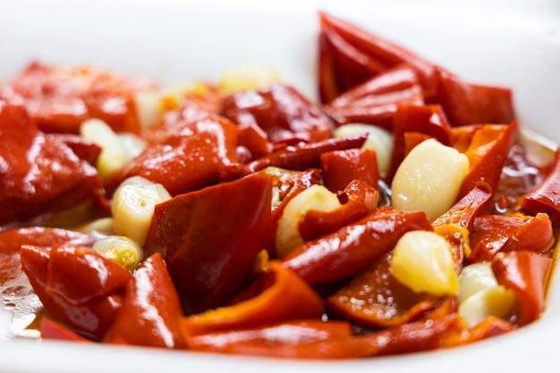Gebratene paprika und knoblauch auf teller