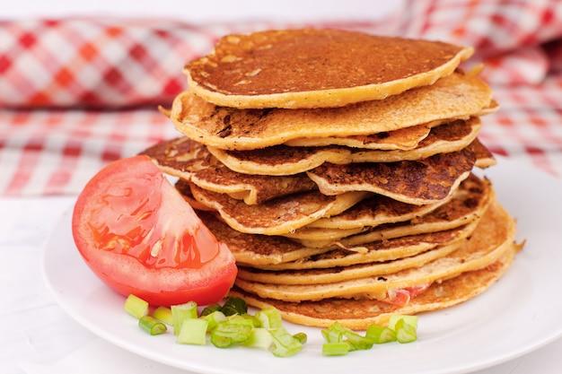 Gebratene pfannkuchen oder pfannkuchen werden gestapelt, ein traditionelles gericht für das frühlingsfest, abschied vom winter