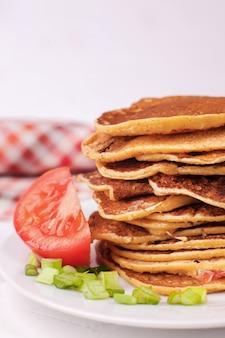 Gebratene pfannkuchen oder pfannkuchen werden gestapelt und sind eine appetitanregende vorspeise für die pfannkuchenwoche