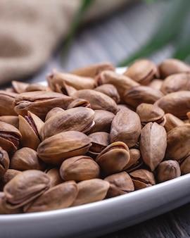 Gebratene pistazien auf der tischseitenansicht