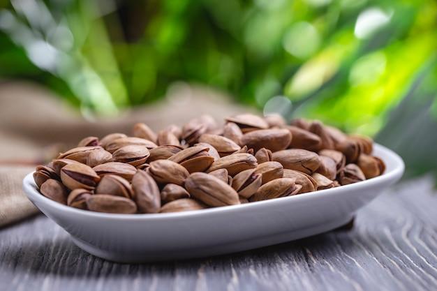 Gebratene pistazien von der seite