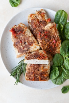 Gebratene puten- oder hühnerbrust serviert mit orangensauce spinat und rosmarin gesundes, ausgewogenes essen