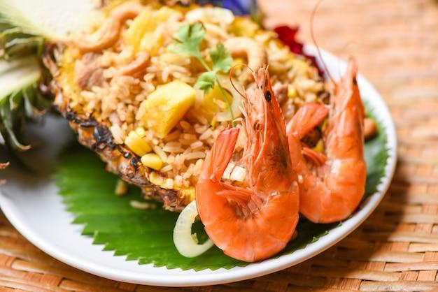 Gebratene reisgarnelen und obstananas auf teller asiatisches essen