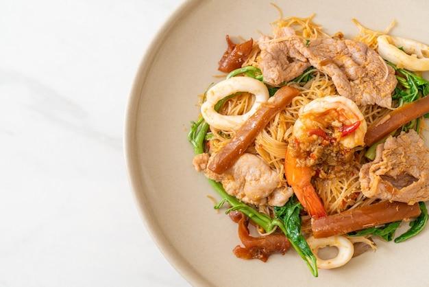 Gebratene reisnudeln und wassermimosen mit mischfleisch - asiatische küche