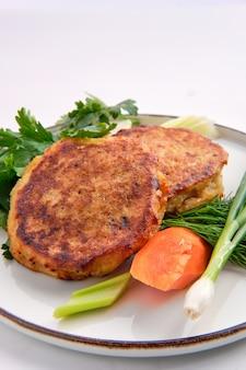 Gebratene rinderhackfleisch- und kartoffelpastetchen lokalisiert auf weiß