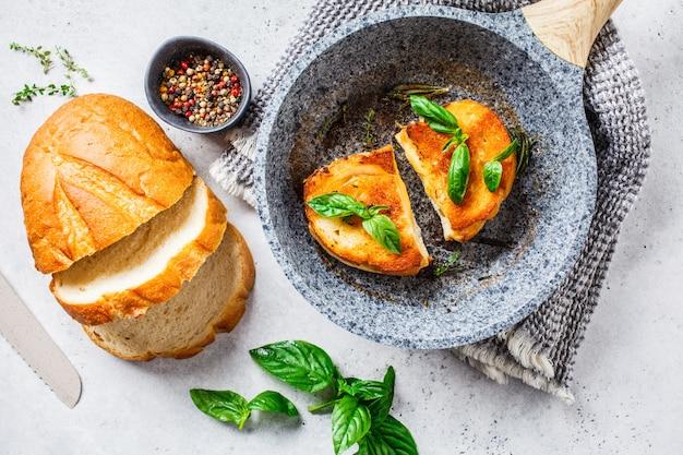 Gebratene sandwiches mit käse und weizenbrot in der pfanne.