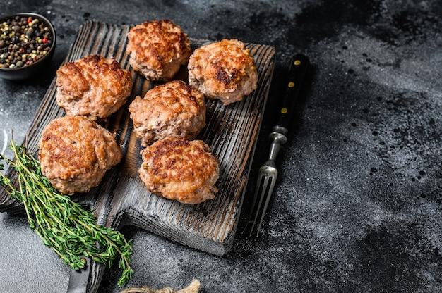 Gebratene schnitzel aus rind- und schweinefleisch. draufsicht.