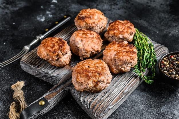 Gebratene schnitzel aus rind- und schweinefleisch