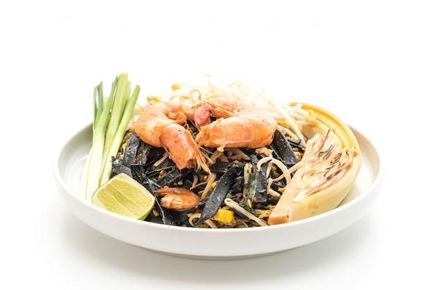 Gebratene schwarze spaghetti mit garnelen (pad thai) - fusionsfutter