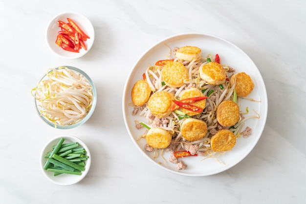 Gebratene sojasprossen, eiertofu und schweinehackfleisch - asiatische küche