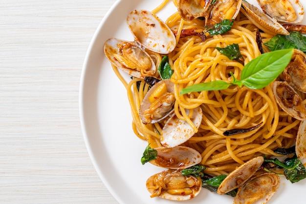 Gebratene spaghetti mit muscheln und knoblauch und chili - fusion food style