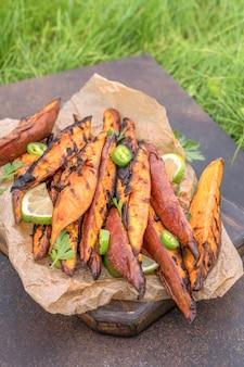 Gebratene süßkartoffeln auf dem grill