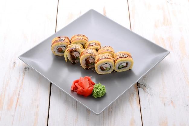 Gebratene sushirolle mit aal und japanischem omelett