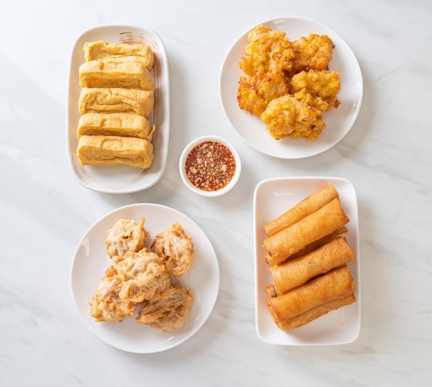 Gebratene taro, mais, tofu und frühlingsrolle mit sauce - vegane und vegetarische küche