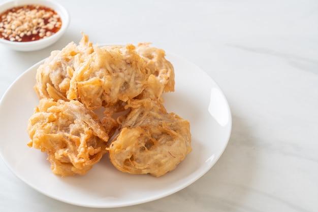 Gebratene taro mit sauce. vegane und vegetarische küche