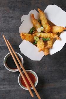 Gebratene tempuragarnelen mit saucen