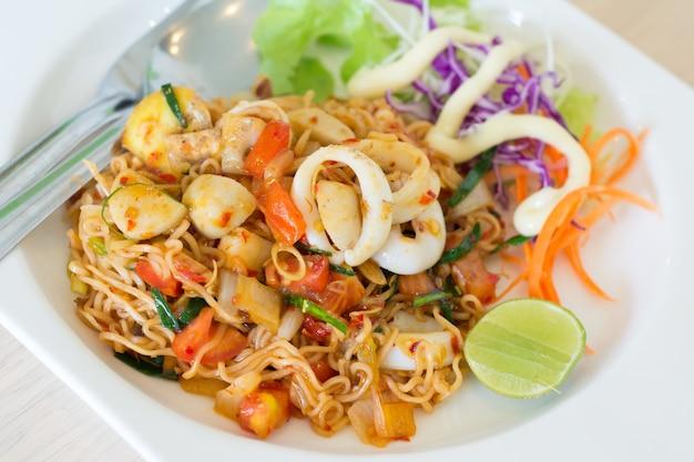 Gebratene thai mama instant nudeln