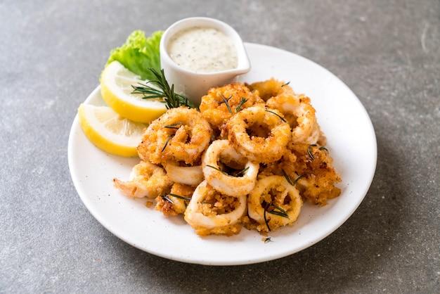 Gebratene tintenfische oder tintenfische (calamari) mit soße