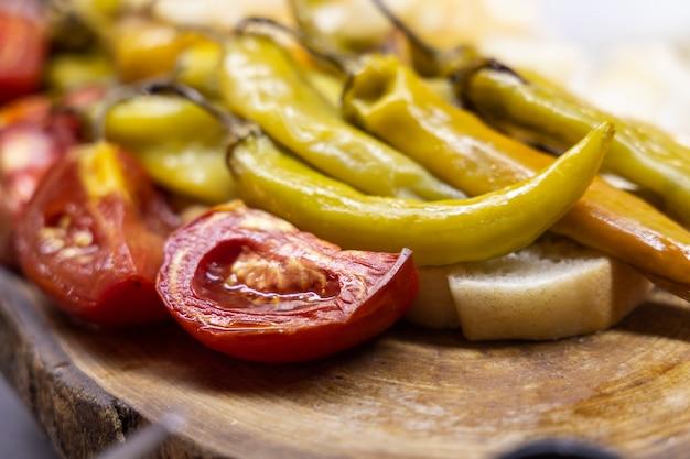 Gebratene tomaten und grüne paprika