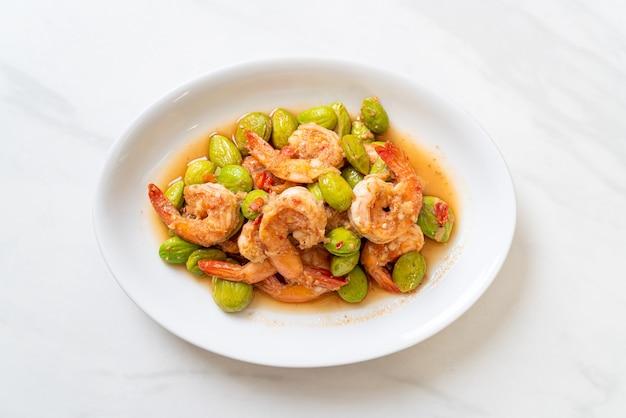 Gebratene twisted cluster bean mit shrimps - thai food style food