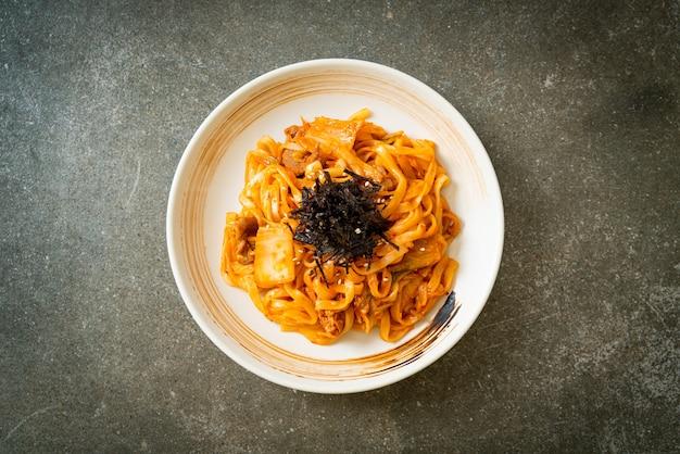 Gebratene udon-nudeln mit kimchi und schweinefleisch - koreanische küche