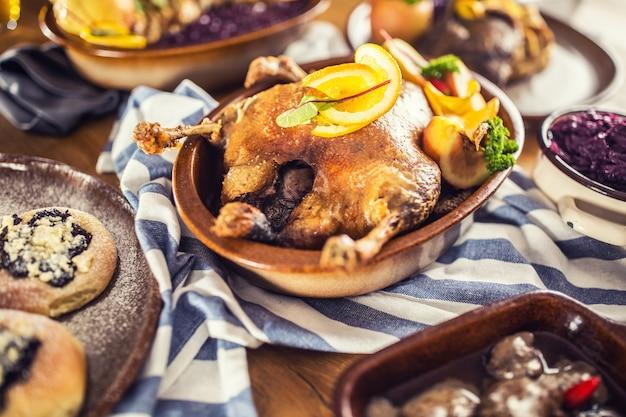 Gebratene weihnachtsente rotkohlknödel leber fassbier und gebackene brötchen.