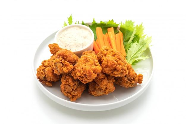 Gebratene würzige hühnerflügel mit gemüse