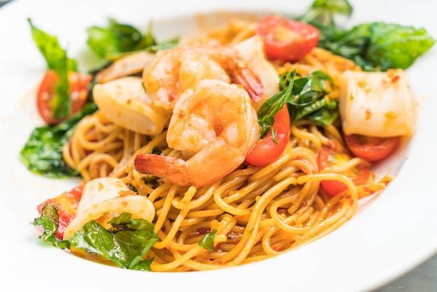 Gebratene würzige meeresfrüchte spaghetti