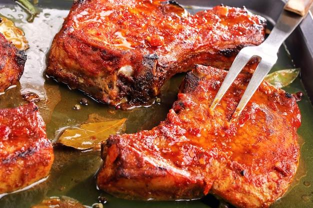 Gebratene zarte saftige schweinekoteletts auf backblech