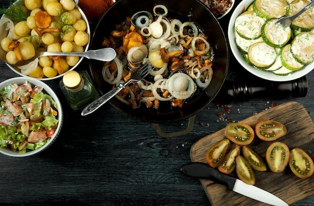Gebratene zucchini, junge salzkartoffeln mit dill und gebratene pfifferlinge mit goldenen zwiebeln