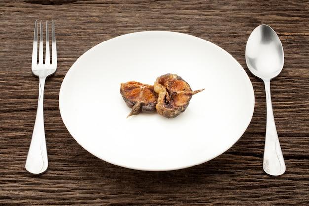 Gebratenen frittierten wels mit curry-paste, thailändischem essen umrühren.
