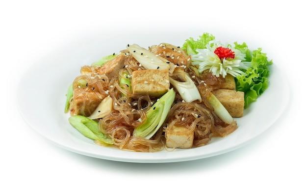 Gebratenen tofu mit fadennudeln umrühren