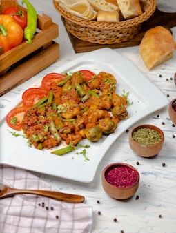 Gebratener blumenkohl mit sprossen, bohnen und serviert mit tomatensauce und kräutern