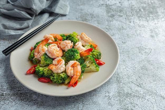 Gebratener brokkoli mit knoblauch und garnelen, thailändisches essen.