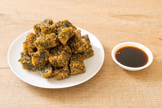 Gebratener chinesischer schnittlauchknödelkuchen - asiatische essensart