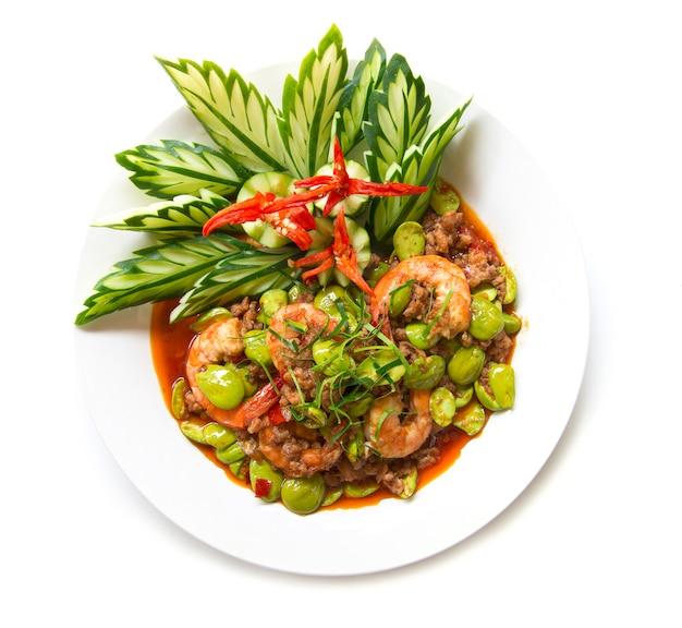 Gebratener curry der garnelenpaste aufruhr mit bitterer bohne oder gestankbohne und frischer garnele. auf weißem hintergrund