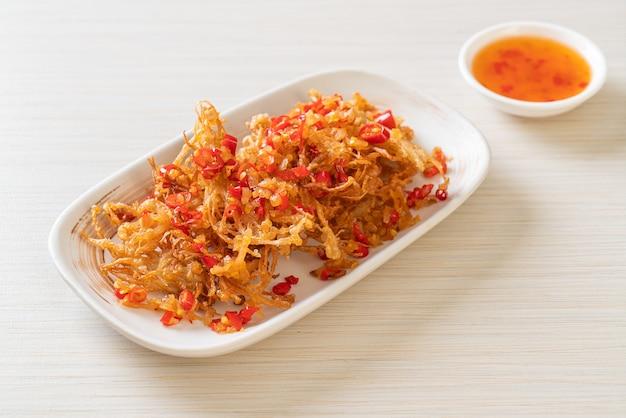 Gebratener enoki-pilz oder goldener nadelpilz mit salz und chili - vegane und vegetarische küche