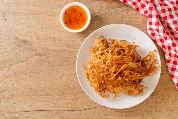 Gebratener enoki-pilz oder goldener nadelpilz - vegane und vegetarische küche