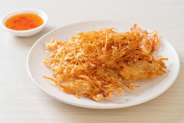 Gebratener enoki-pilz oder goldener nadelpilz. vegane und vegetarische küche