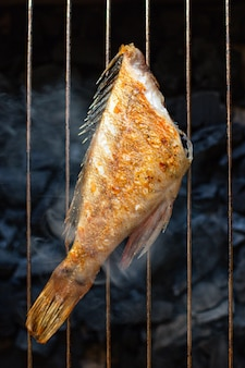 Gebratener fisch frischer grill grill grill mahlzeit