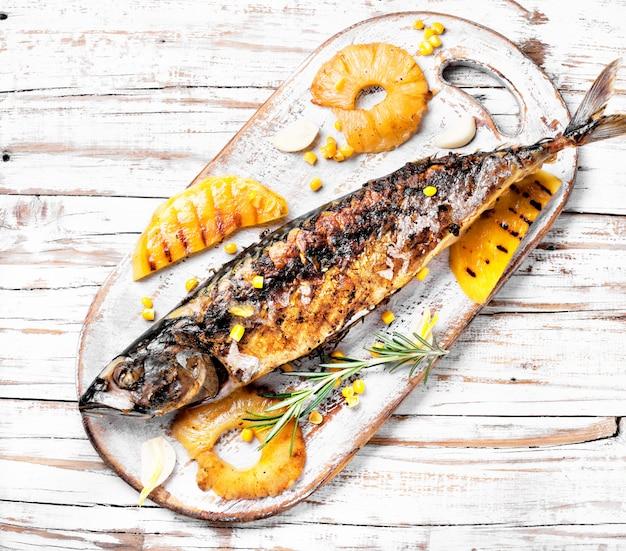 Gebratener fisch in ananassoße